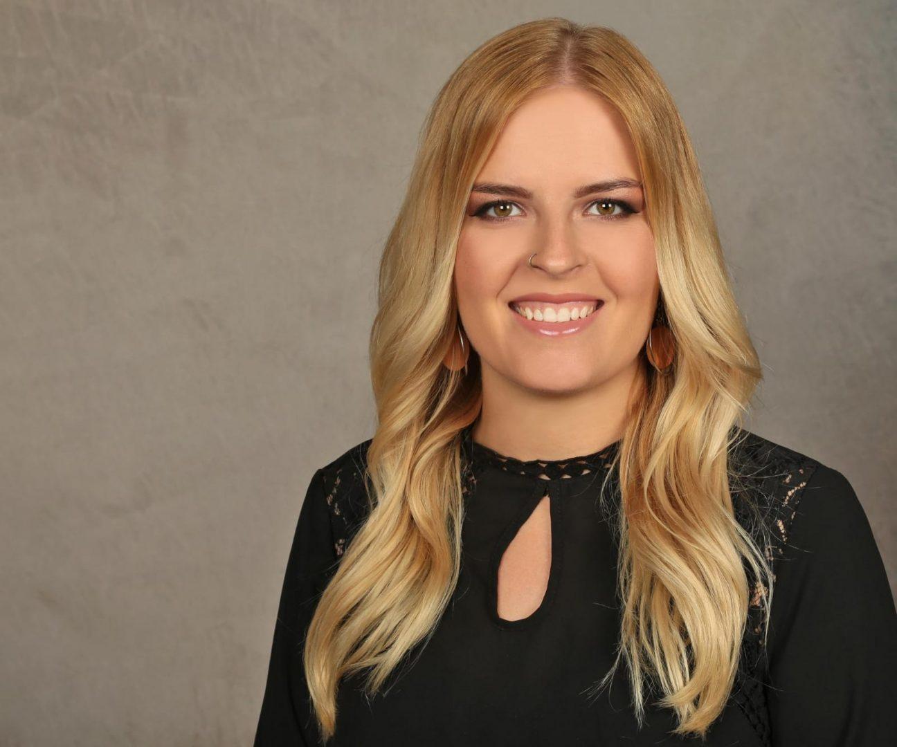 Nicole Fuchs- Zuständig für Brautfrisur und Brautmake-Up. Haarschmuck und Brautaccessoires können mit einarbeitet werden.